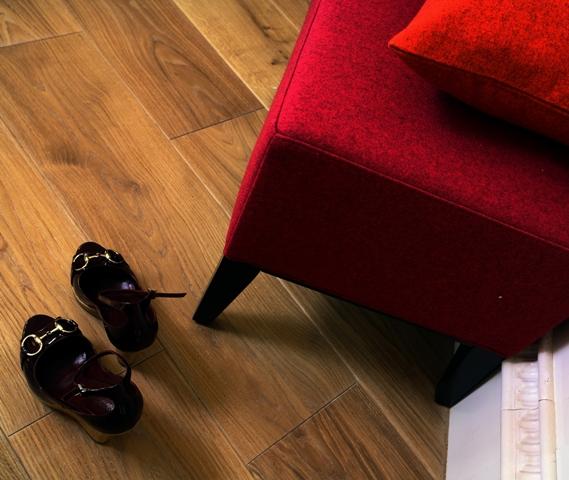 Massivholz Landhausdielen aus Eiche oder Esche sind ein natürliches und günstig Bodenbelag für Ihren Holzboden